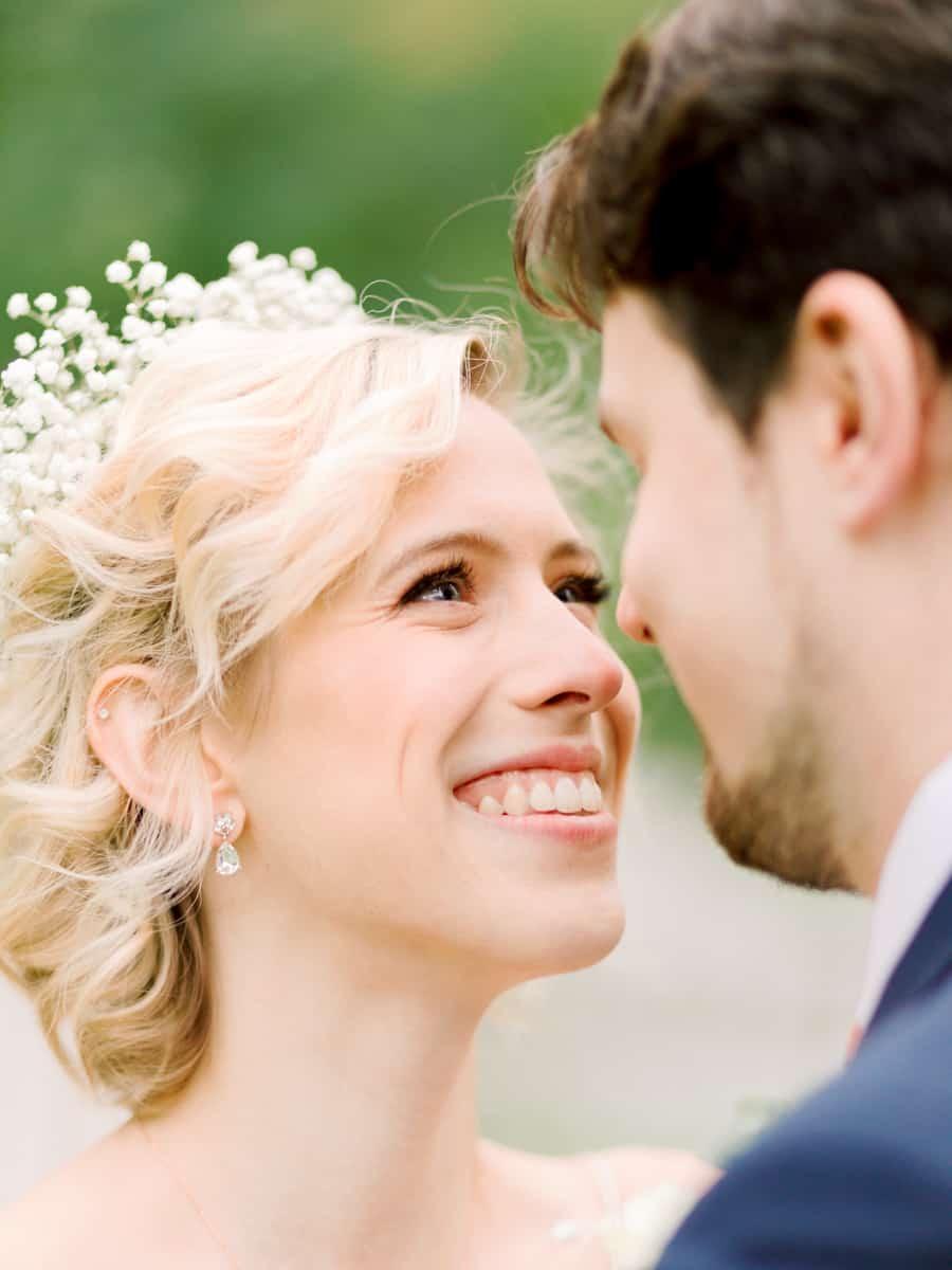 bride looking at her groom liberty lake washington wedding